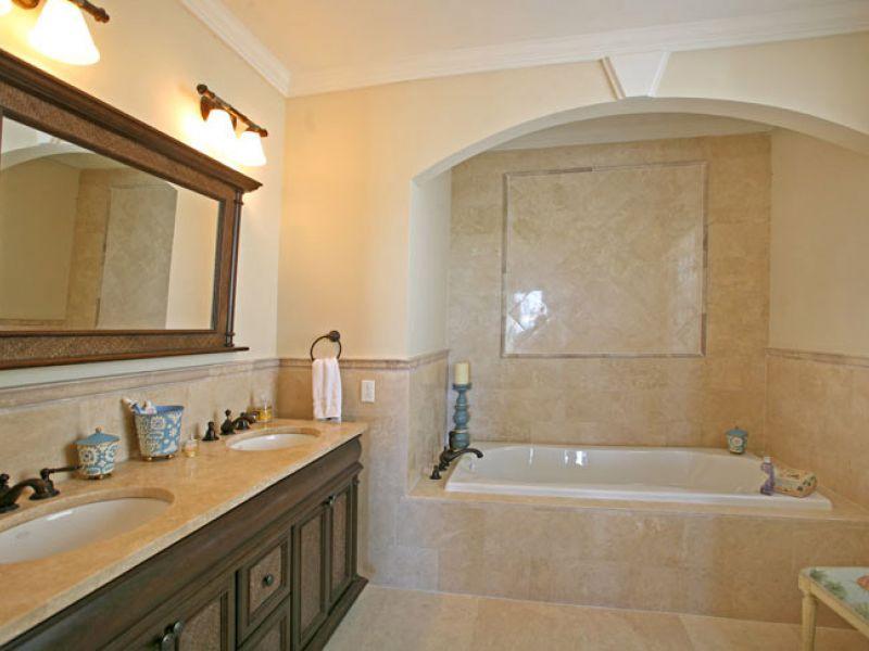 Baño principal finamente decorado con bañera con hidromasaje.